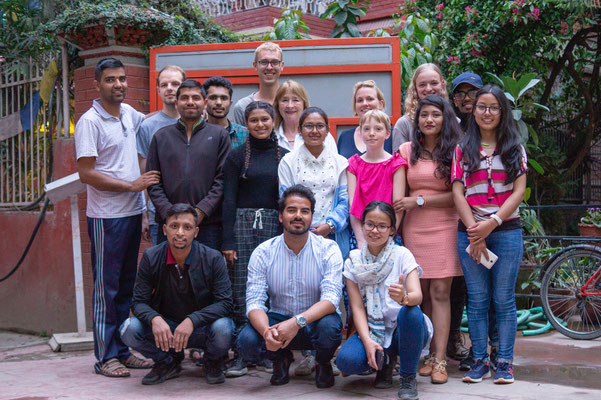 Rosi, Dhan und Volunteers mit Studenten