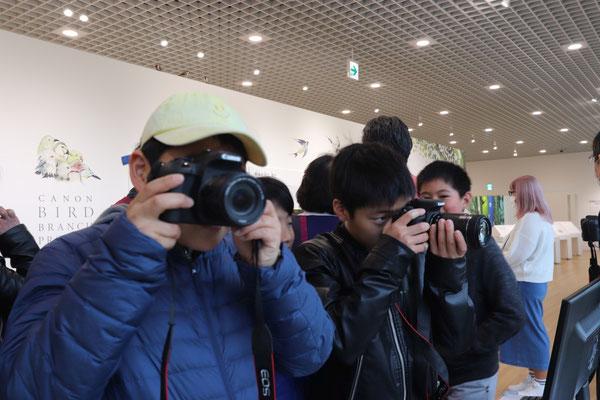ショールームのカメラでカメラや双眼鏡を体験
