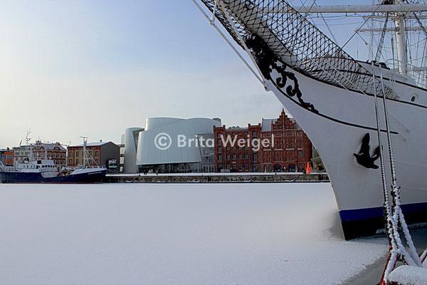 Stralsund, Hafen mit dem Segelschulschiff Gorch Fock 1