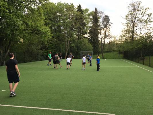 Fußball-Spielen im Regen nach der Ankunft