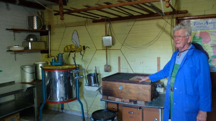 Das Labor von Ernst, hier macht er feinen Honig und allerlei Heiltrunke
