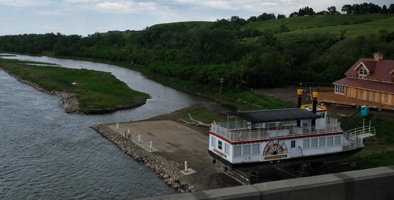 Raddampfer auf dem Trockenen am Missouri River in Bismarck