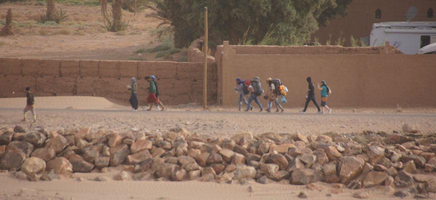 Rucksacktouristen auf der Suche nach einem Schlafplatz in M'hamid
