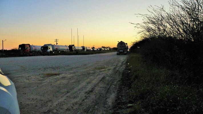 Die Gaslaster fahren im Convoi über die Grenze und dann über den Transchaco