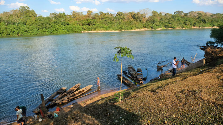 Unten am Rio Cuiaba fangen sich die Familien ihr Mittagessen und