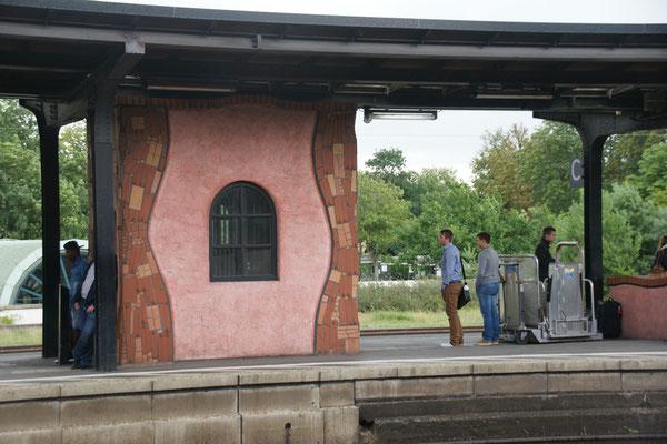 Hundertwasser auch auf dem Bahnsteig