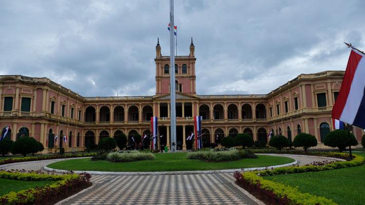 Der Palacio Lopez, Präsidentenpalast mit....