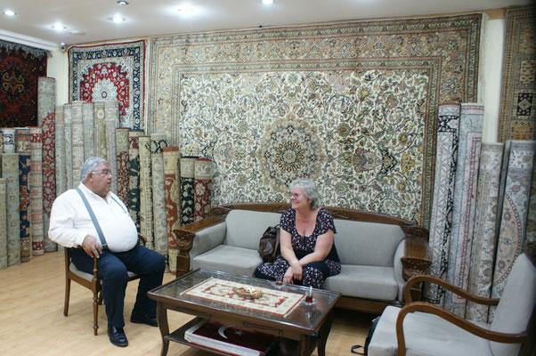 Der Inhaber des Teppichgeschäftes bietet uns seine Hilfe für die Visaverlängerung an. Er ist sehr gut vernetzt.
