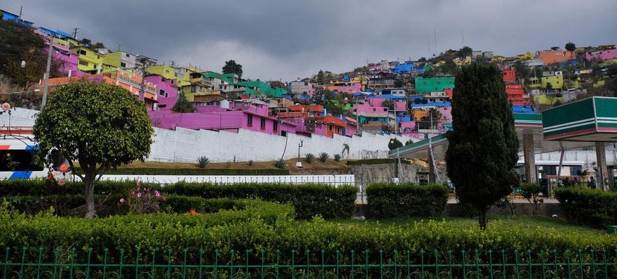 Mit bunten Häusern werden wir in San Cristobal empfangen.