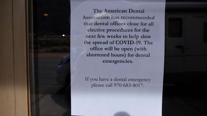 Auch beim Zahnärztezentrum ein Zettel, aber mit einer Telefonnummer
