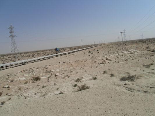 Das Phosphat- Förderband kommt irgendwo aus der Westsahara und