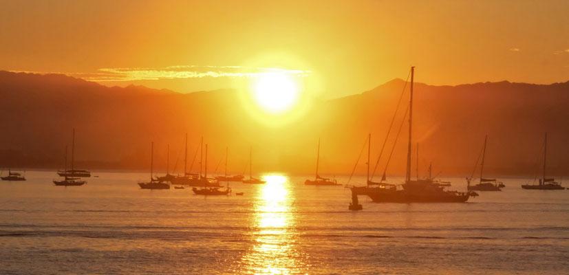 Sonnenaufgang über der Bucht