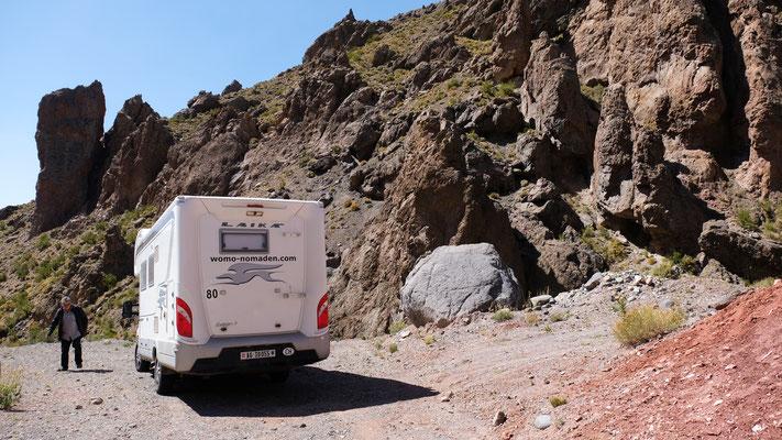 Mittagsrast mitten in den Felsen auf der argentinischen Seite des Paso Pehuenche