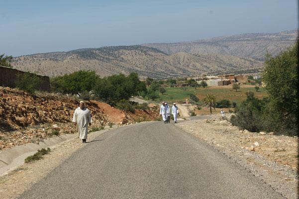 Es ist Freitag, die Männer machen sich in den Sonntagskaftanen auf den Weg in die Moschee