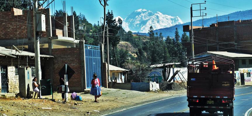 Wir kommen durch kleine Ortschaften,  immer den Blick auf die Gletscher