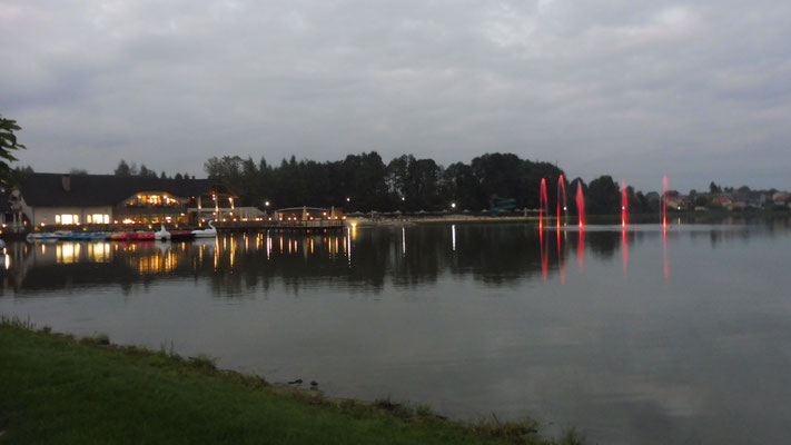 In der Nacht ist das Wasserspiel auf dem See farbig.