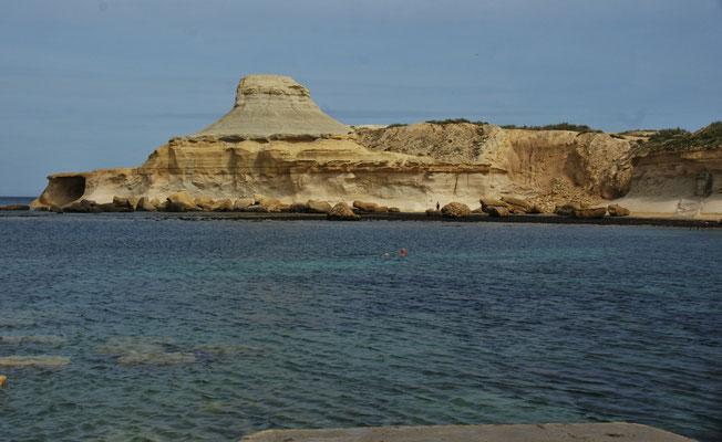 Xwejni Bay wo es sehr viel Platz für freies Stehen gibt.