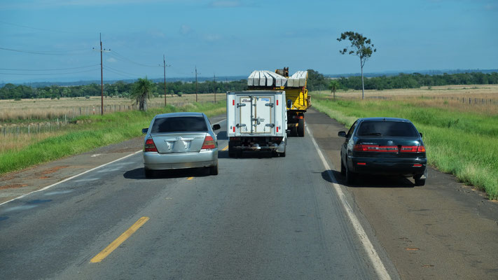 Auf der Ruta 2. Manche habens eilig. Ueberholt wird gleichzeitig links und rechts.