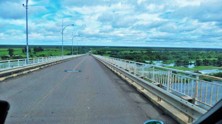 Ueber die Brücke und rein in den Chaco