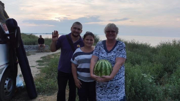 Ukrainer plaudern mit uns und schenken uns eine Riesenmelone.