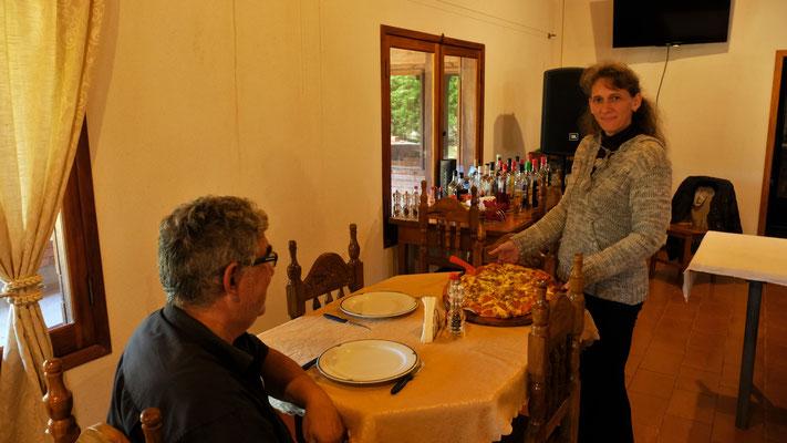 Wir geniessen nochmal eine feine Pizza von Cecil im Ressort Rosaleda serviert