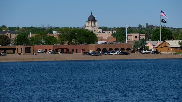 Wieder zurück über den Missouri sehen wir ein imposantes Gebäude.