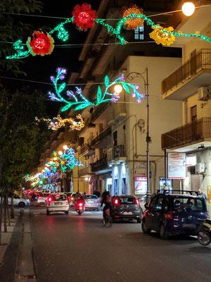 Auch die Strassen von Salerno sind kunstvoll beleuchtet