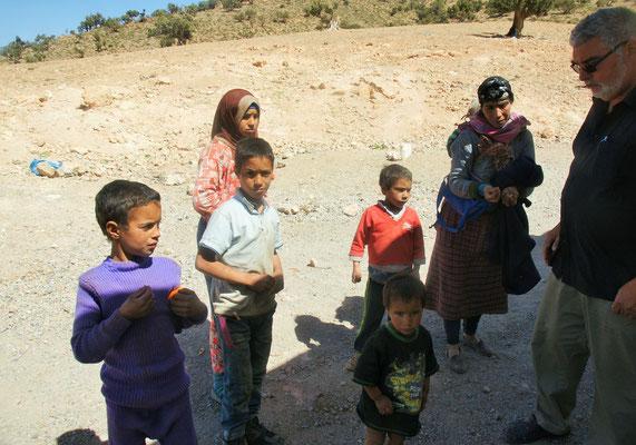 Die Nomadenfamilie steht in Windeseile neben dem Camper