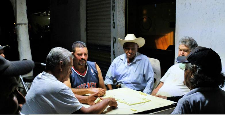 Einer der Nationalspiele der Mexikaner. Stundenlang können sie sich mit Domino vergnügen