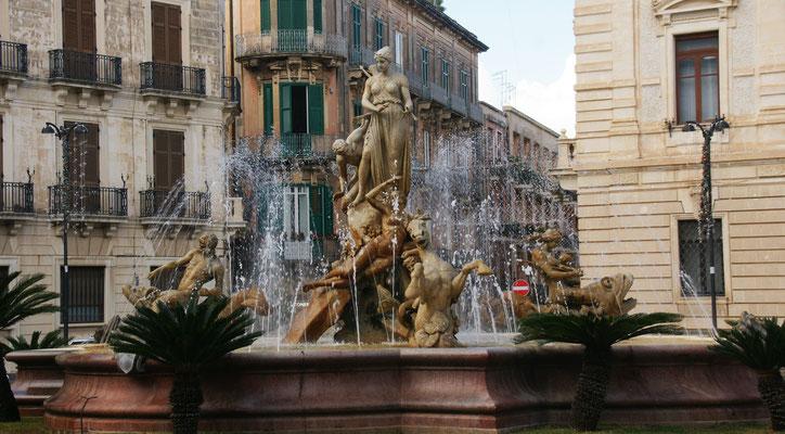 Der Dianabrunnen in der Barockstadt Siracusa auf der Halbinsel Ortigia