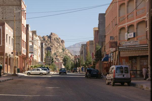 Stadt eingerahmt von Felsen