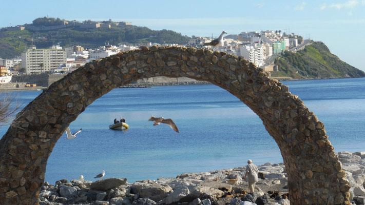 Morgenstimmung in Ceuta. Das Tor beim Parkplatz