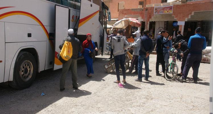 Weite Strecken werden mit dem Bus zurückgelegt. Die Warentransporter sind bereits vor Ort.