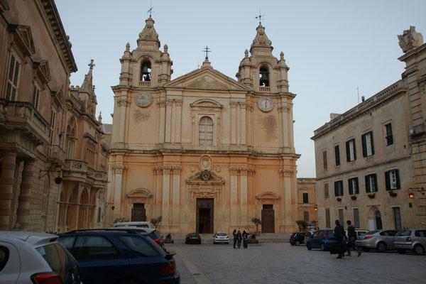.. imposante Kirchen....