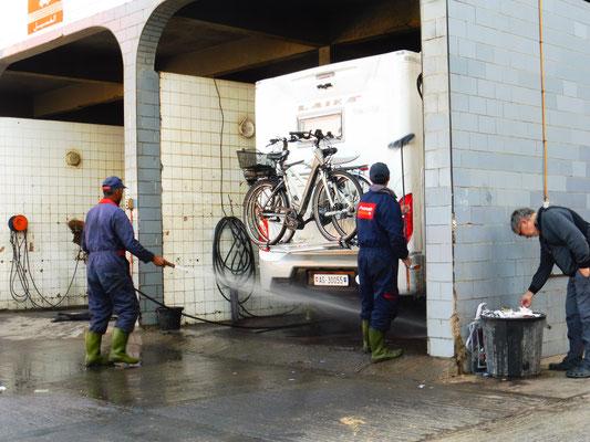 Sogar die Fahrräder werden eingeseift und gewaschen. Alois containert währenddessen.