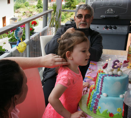 Laras dritter Geburtstag wird gebührend gefeiert.