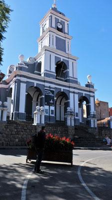 Die grosse Kirche am Hang