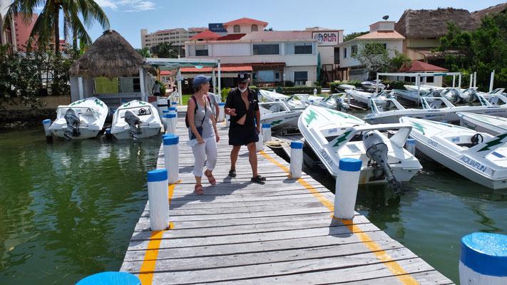 An der Lagune in Cancun, wo die tollen Hoelanlagen, aufgereiht wie auf einer Perlenschnur stehen...