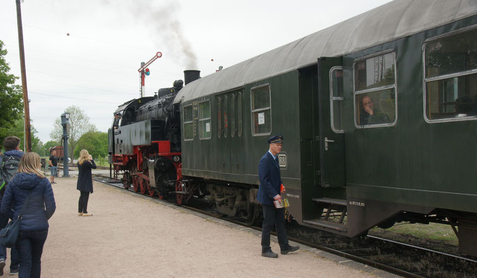 Die Säuschwänzlebahn beim Zollhaus-Blumberg fährt mit Dampf von Dannen