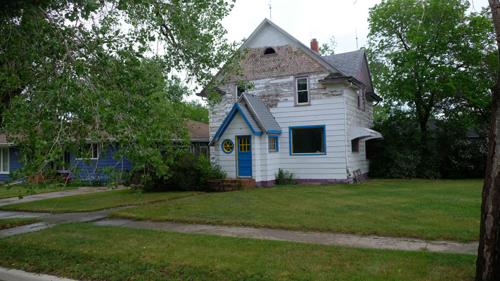 In der Stadt Crosby erscheinen manche Häuser, obwohl noch bewohnt auch wie Museum