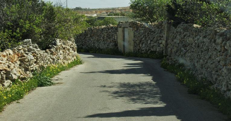 Meistens beidseits der Strasse Natursteinmäuerchen