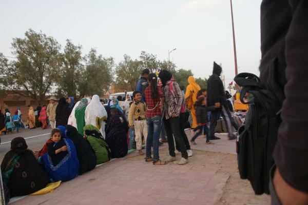 zienlich viele Menschen am Festival Nomade in M'hamid