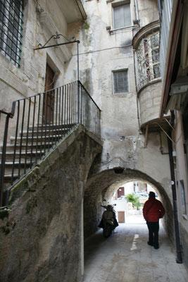 Ein anderer Durchgang mit spannenden architektonischen Bauten