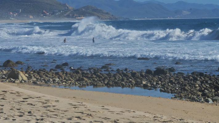 Aber die Wellen sind uns dann doch zu gewaltig für ein Bad.