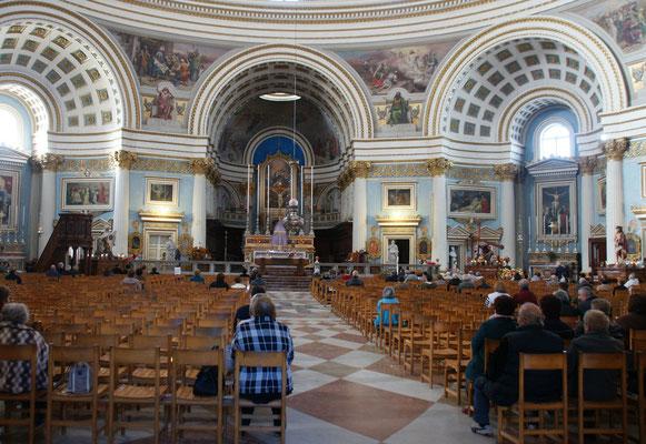 Die Kirche Rotunda von innen.....