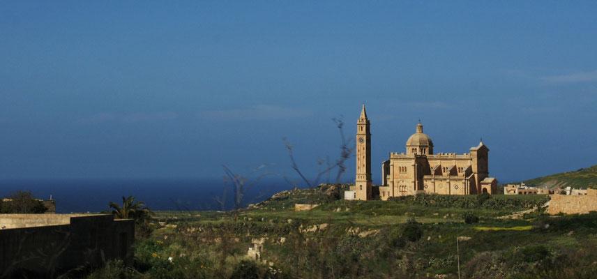 Ta Pinu, die Wallfahrtskirche von Gozo passieren wir auf dem Weg runter zur Küste