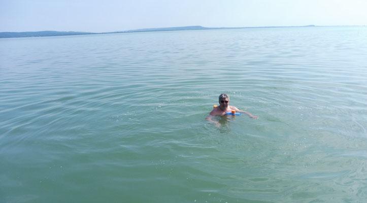 Oder im Wasser entgegen schwimmt