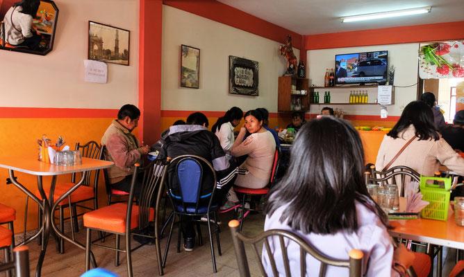 ....typischen Bolivianischen Mittagsrestaurant ein.