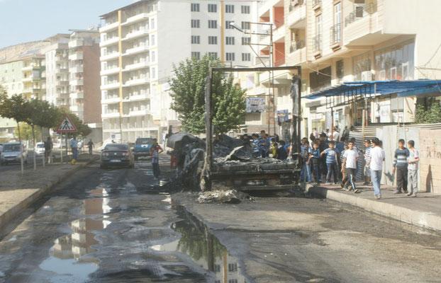 Betreits in Tatvan sehen wir ausgebrannte Lastwagen Wird in den Nachrichten nicht erwähnt