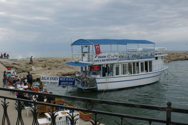 Schiffrestaurant im Hafen